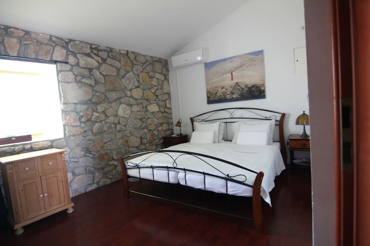 Queen size bed and fresh linen for a good sleep