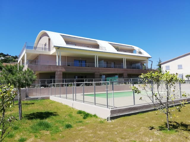 F2 /terrasse /piscine/Garage proche plage et ville