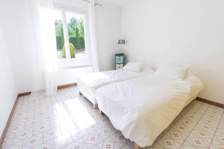 bedroom ground floor with 2 single beds