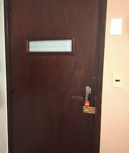 Puerta principal del apartamento: 85 cm de ancho