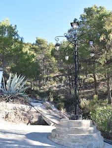 Eine große Dorflampe beleuchtet den Vorplatz. Vor dem Haus gibt es mehrere Lampen.
