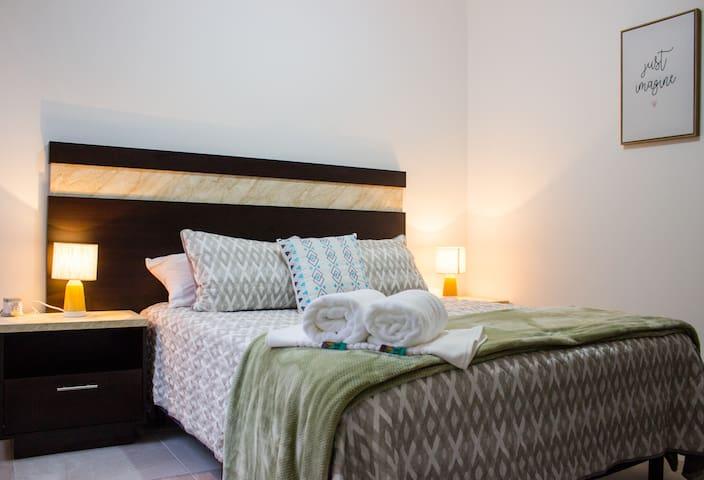 En la recamara principal podrás tener un grandioso descanso, durmiendo sobre colchón y almohadas con el perfecto balance para pasar unas noches reparadoras después de días llenos de actividad