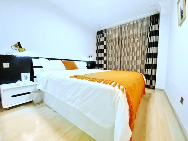 1.8*2米大床,床垫25厘米厚,乳胶加独立弹簧,床品60支全棉精纺,丝光喷气贡缎,枕芯为整张羽丝棉,非常舒服。