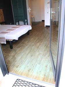 seuil plat à l'entrée principale de la porte hauteur 1 cm