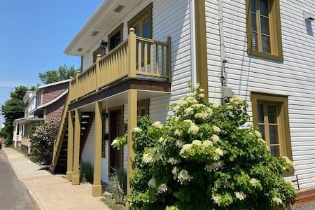 Le loft est au rez-de-chaussée de la résidence et, est conséquemment facile d'accès depuis le stationnement des locataires situé à la gauche de la résidence.