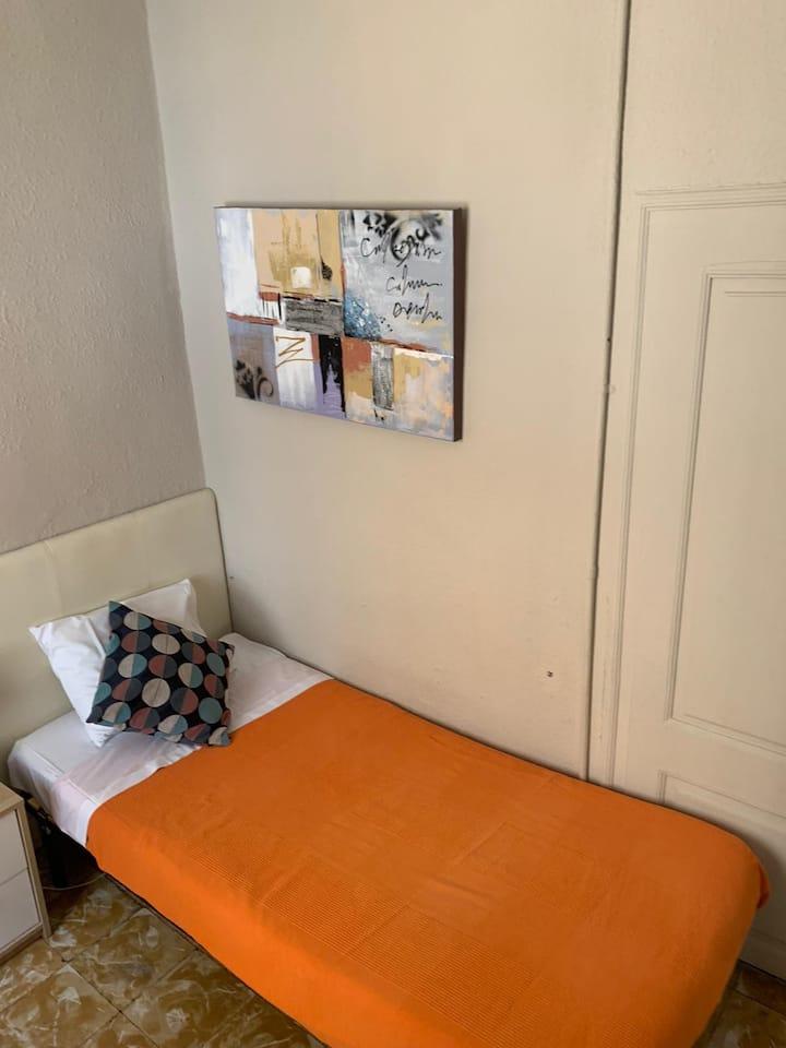 Habitacion sencilla y luminosa