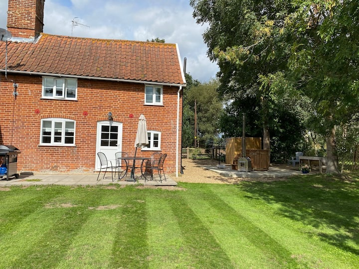 Bramble Cottage in rural Suffolk with hot tub