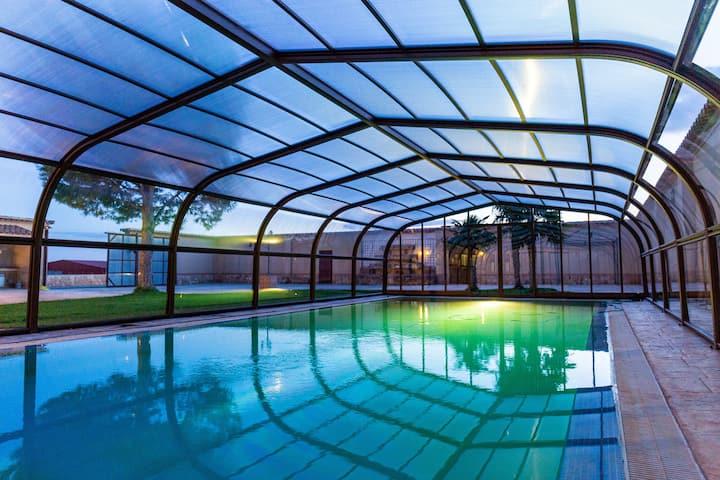 Finca rural con piscina cubierta.
