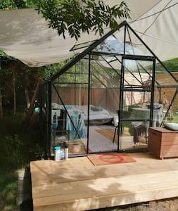 Lille  alternativ glashus, simpelt og  hyggeligt.