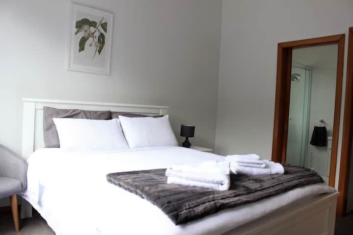 Private en-suite room - minutes to city and ferry