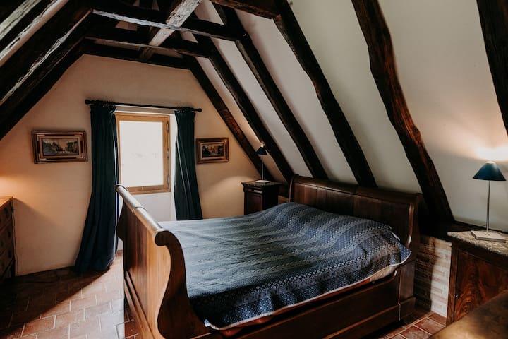 La Chambre des amoureux (lit 135 x 190) . Elle dispose d'une salle de bain attenante (baignoire)