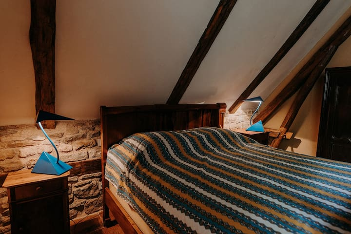 La chambre provençale  (lit en 135 *140). Elle dispose d'une salle de bain attenante