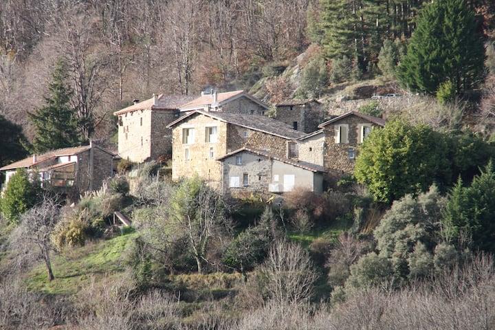 Gîte de Veyrières, au cœur d'un hameau atypique
