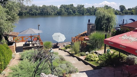 apartment (beneden) on the shore of the lake  €55