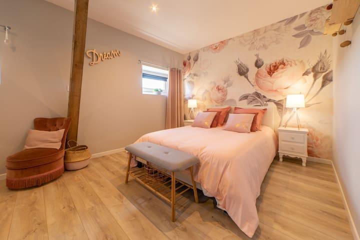 Chambre n°3 - Chambre rose Lit double 140 x 190 Literie grand confort Chevets et grands rangement  Coin bébé avec lit / table à langer