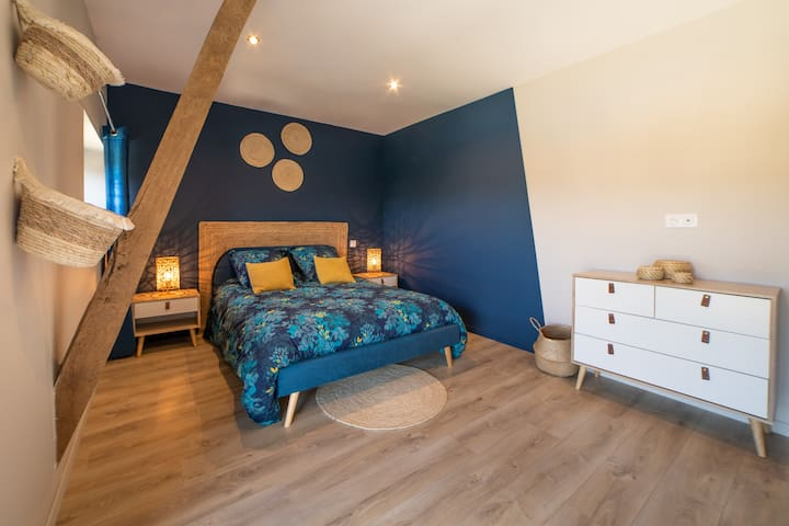 Chambre n°4 - Chambre bleue Lit double 140 x 190 Literie grand confort Chevets et commode Coin bureau + coin dressing