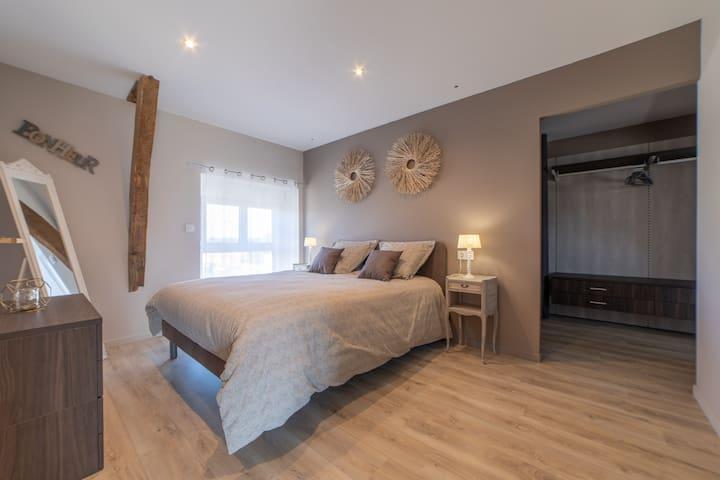 Chambre n°1 suite parentale Lit double 160 x 190 Chevets et commode TV