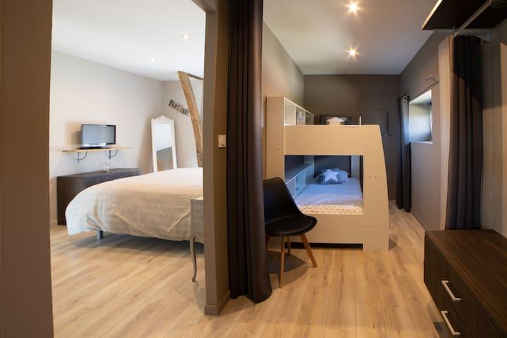 Chambre n° 2 = annexe de la chambre parentale Lits superposés pour 2 enfants avec rangements étagères Espace dressing
