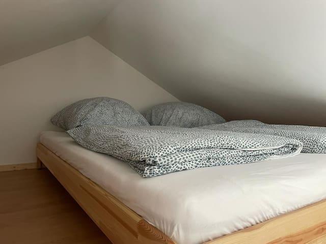Doppelbett auf der Empore (über eine Holzleiter erreichbar).