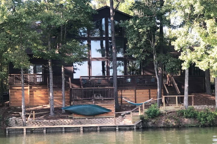Castaway Lodge -Come see our new look + Jacuzzi!