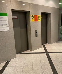 Aufzug im Eingangsbereich