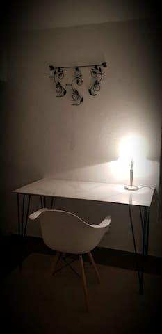 Escritorio con mesa de mármol dentro de la recamara