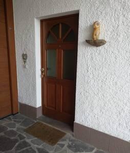 Un piccolo gradino che, al bisogno, può essere sistemato con una semplice rampa in legno.
