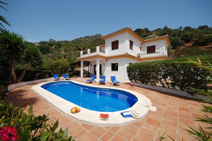 Villa, 4 beds,heated pool, wifi, bbq, walk to bar!