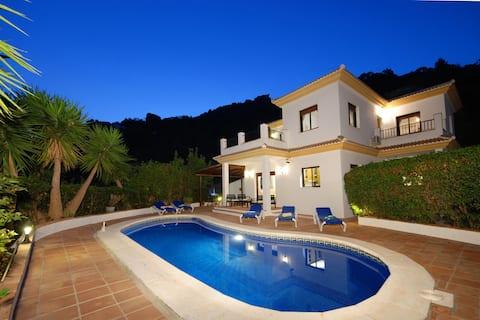 Villa, 4 beds,heated pool, wifi, bbq, walk to bar!