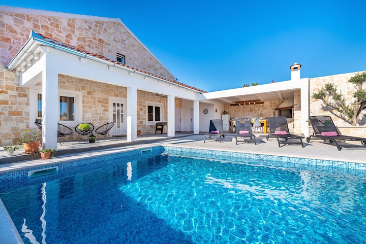 Rural Villa with a pool near Zadar