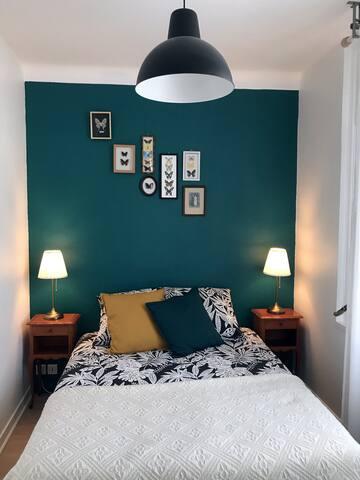 Chambre lumineuse et calme. Lit 190, matelas  et oreillers de qualité. Linge de lit en supplément (10€ à la demande).