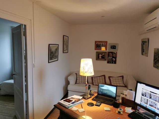 Bureau avec canapé convertible 2 places 140cm, accessible par la chambre 2