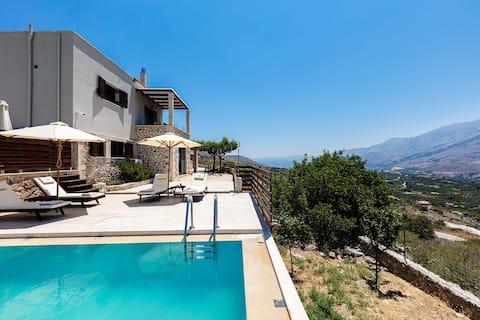 Helt ny villa med udsigt til swimmingpool og bjerge