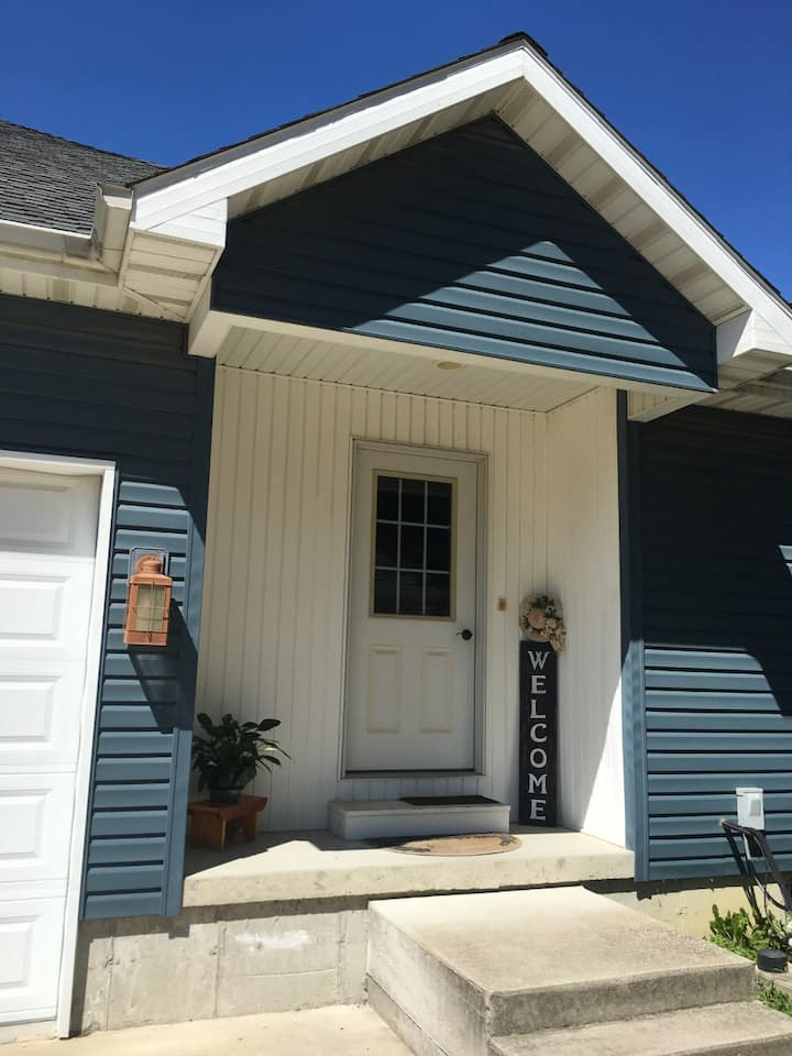 The Hideaway - Charming apartment in Arthur IL