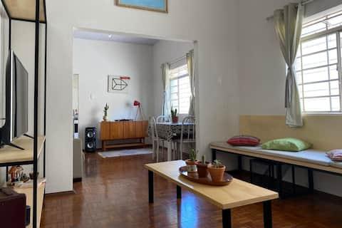 Design e conforto em quarto amplo.