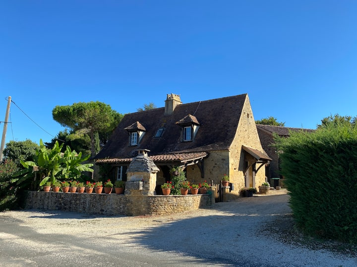 Charming Dordogne stone house with pool