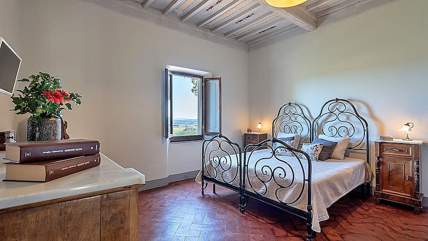 Valuable furnitures, classic Tuscan style!
