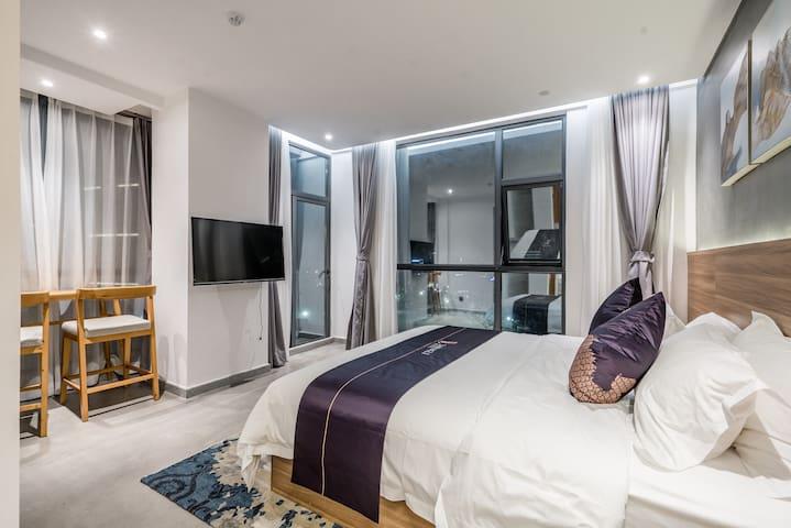 卧室2:海景大床房,高层落地窗,双阳台,正面观看华家班汽车特技表演,配置一张1.8米大床,独立卫生间