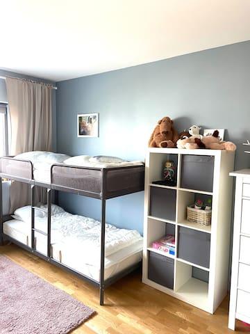 Soverom NR3 med 2 køyesenger, leker og barnebøker