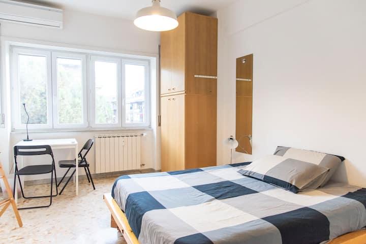 Sunny big room with private bathroom, near metro A