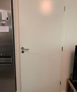 L'appartement est adapté aux personnes à mobilité réduite (Les portes sont larges et prévues pour accueillir des fauteuils roulants)