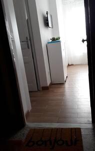 La porta di ingresso e' larga 80 cm