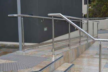 tekerlekli sandalyeler için de engelli rampası bulunmaktadır ve asansörle de zaten yukarı çıkılmaktadır