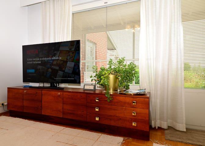 Käytössä on kaapeliTV kytkettynä internettiin. Maksullisia kortteja ei ole. Netti palveluissa voi käyttää omia tunnuksia. Samsung QE55Q70TAT