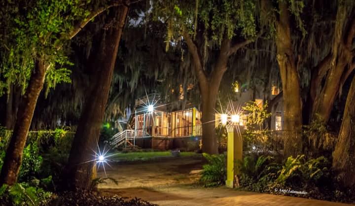 Beautiful Historic Retreat-Step back Inn time