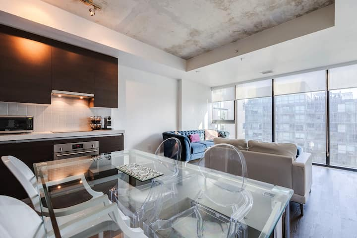Downtown Toronto luxury condo/Free Parking
