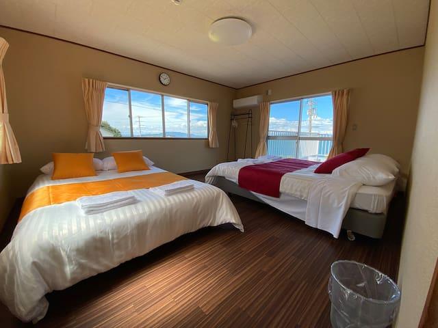 2階寝室。ワイドダブルとセミダブルを ご用意。瀬戸内海を一望できるテラス付き