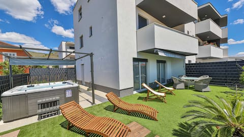 Hedonist-HOT TUB private,free parking, garden
