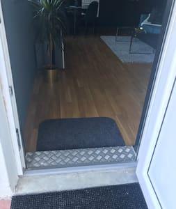 Bredden på døråpningen er 80cm.