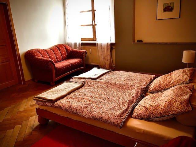 1. Schlafzimmer Doppelbett 180cm x 200cm Zugang direkt zum Bad